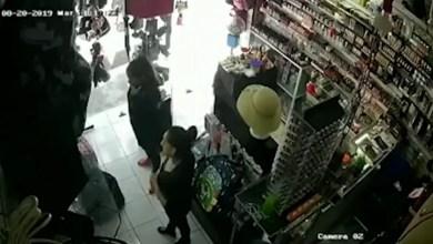 Video: Mujer golpea con un tubo a vendedora de un local para robarle