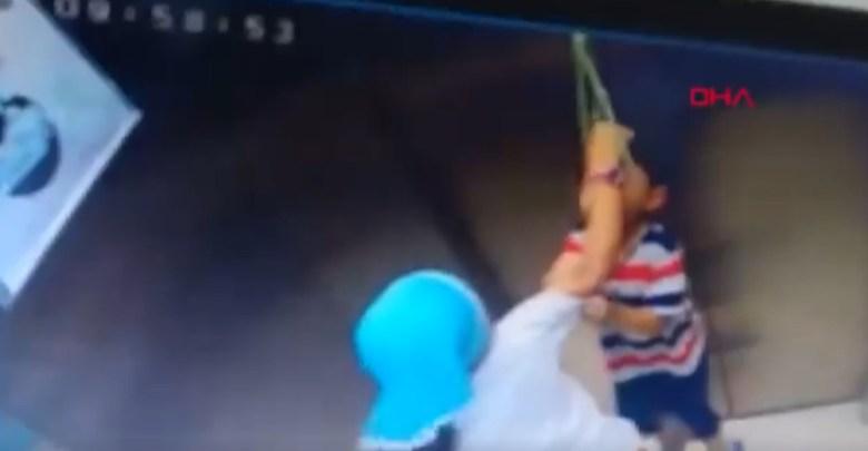 Video: Niña salva a su hermano de morir ahorcado