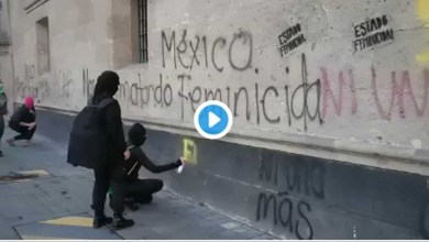 Photo of Video: Durante mañanera de AMLO feministas grafitean Palacio Nacional por el feminicidio de Ingrid.