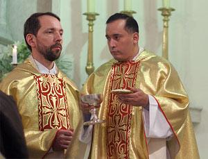 Священники Отто Мессмер и Виктор Бетанкур