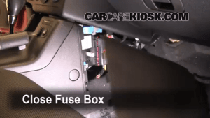Ubicación de caja de fusibles interior en Pontiac G6 20052010  2007 Pontiac G6 35L V6