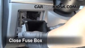 Ubicación de caja de fusibles interior en Nissan Sentra 20072012  2008 Nissan Sentra S 20L 4 Cyl