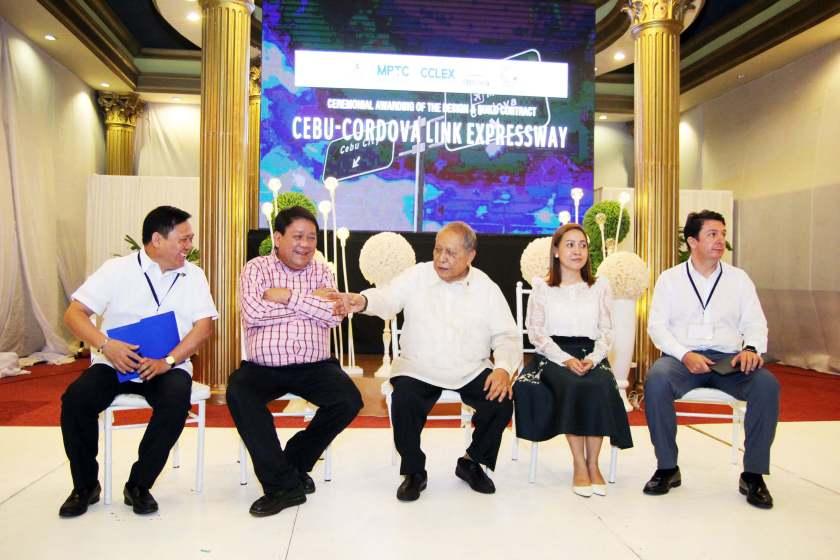 Cordova, Cebu City mayors witness ceremonial awarding of CCLEX design, build contract
