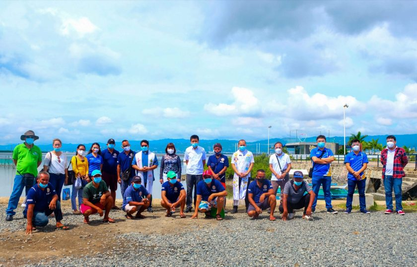 DONATION. Cordova Mayor Mary Therese Sitoy-Cho with officers of the Cebu Cordova Link Expressway and fisherfolk organizations during the blessing of the 18 motorbancas, materials of which were provided by the CCLEC.