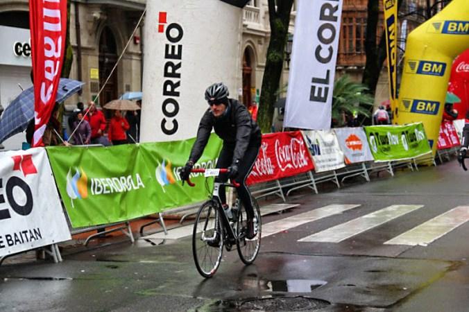 Mario cruzando la meta de Bilbao