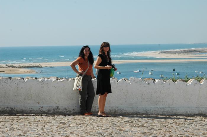 A São e a Pau observam as vistas desde Cacela-a-Velha