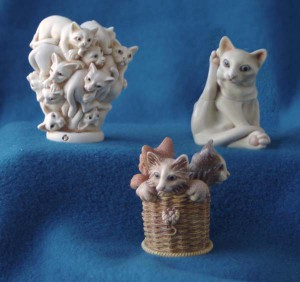 Urn-ThreeCatFigurines