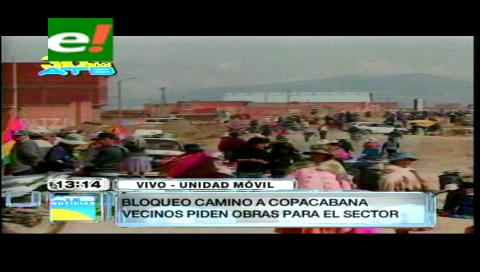 Alteños bloquean la carretera Río Seco – Copacabana demandando la construcción de la doble vía