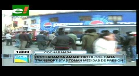 Transportistas libres bloquean la ciudad de Cochabamba
