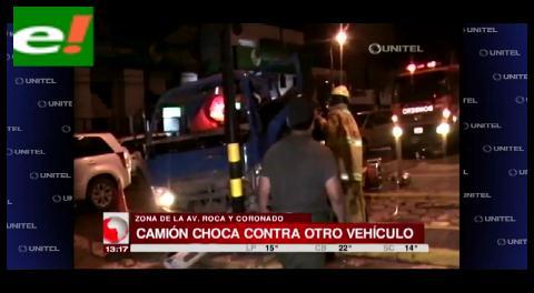 Camión cervecero provocó un choque y terminó estrellándose contra un semáforo