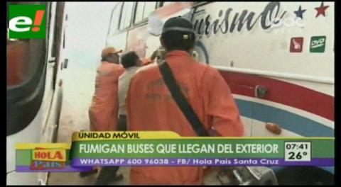 Fumigan buses que llegan del exterior