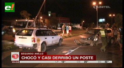 Sujeto choca su vehículo, casi derriba un poste