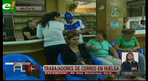 Trabajadores de Correos en huelga de brazos caídos