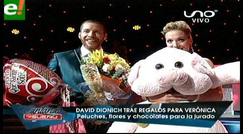 David Dionich sorprende a Verónica Larrieu con peluche gigante y flores