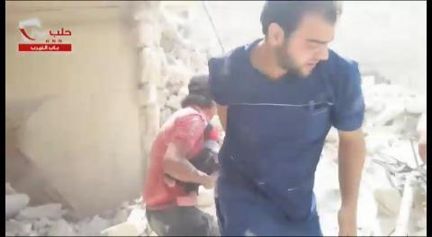Impactante video: hallan un bebé con vida entre los escombros de un bombardeo del régimen sirio