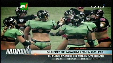Mujeres en ropa interior se agarran a golpes en juego de fútbol americano