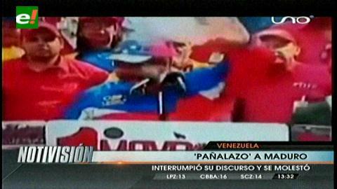 Le lanzan un pañal a Nicolás Maduro