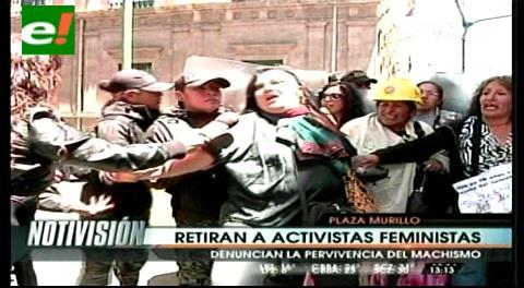 """La Paz: Policía retira a la fuerza a activistas de """"Mujeres Creando"""" de la Plaza Murillo"""