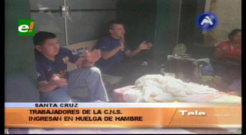 Santa Cruz: Trabajadores de la CNS instalan huelga de hambre