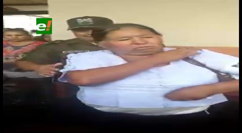 Delegada retirada por policías tras marcar votos extra al SÍ