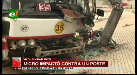Micro impactó contra un poste en la zona de Equipetrol