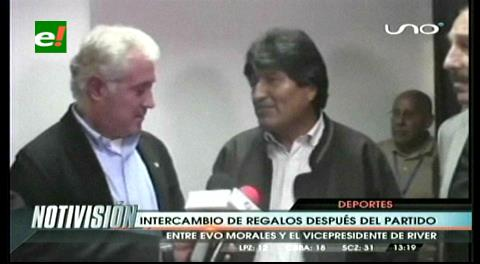 Evo y el vicepresidente de River intercambiaron regalos
