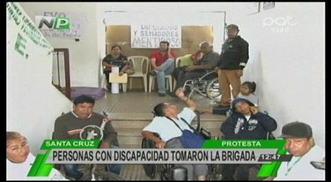 Discapacitados toman la Brigada Parlamentaria de Santa Cruz