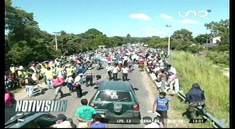 Mototaxistas de El Torno bloquean la ruta hacia los valles cruceños