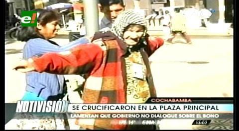 Discapacitados se crucifican en la plaza 14 de septiembre de Cochabamba