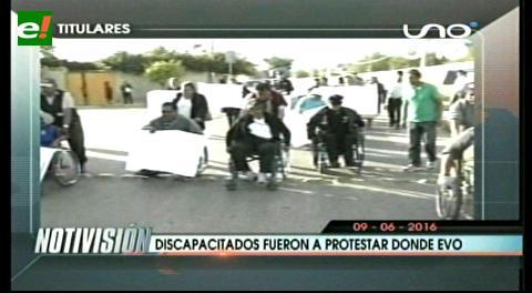 Titulares de TV: Discapacitados se movilizaron y protestaron en la clínica donde está Evo Morales