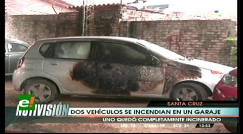 Dos vehículos se incendian en un garaje