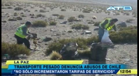 Chilenos obligan a choferes bolivianos a recoger basura en la frontera