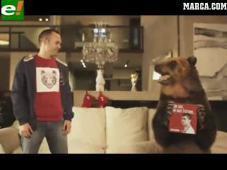 Andrés Iniesta y un oso pardo, protagonistas de la campaña navideña