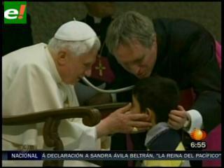 Un niño burla la seguridad del Papa para charlar con él