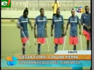 Haitianos juegan fútbol con muletas