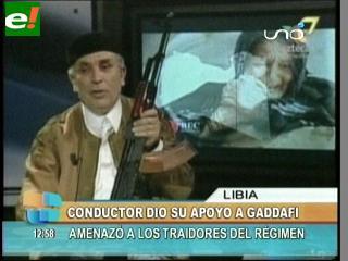 """Enseña un arma en TV y dice que dará """"la última gota de su sangre"""" por Gadafi"""