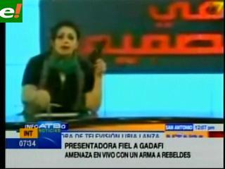 Libia: Presentadora de televisión amenaza con una pistola a los rebeldes