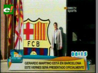 Tata Martino llega a Barcelona y posa ante el escudo en su primer acto como barcelonista