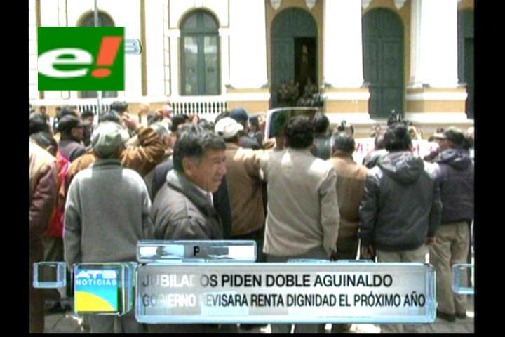 Jubilados piden doble aguinaldo en la Plaza Murillo