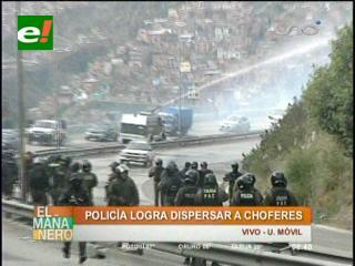 Policía gasifica a choferes para desbloquear la autopista