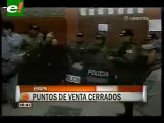 Policía resguarda las oficinas de EMAPA en La Paz