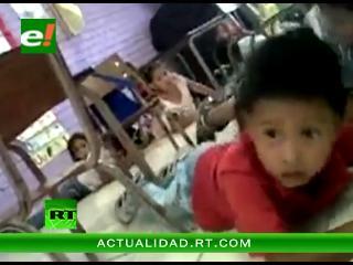 Maestra pone a cantar a sus alumnos de kinder durante un tiroteo en México