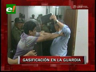 Tensión en La Guardia: Policía gasificó a los pobladores que tomaron el Concejo Municipal