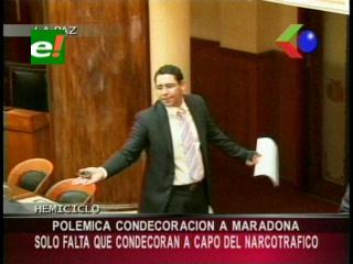 Condecoración a Maradona genera polémica entre oficialistas y opositores