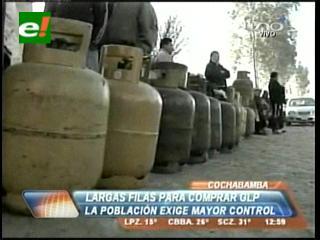 Largas filas para comprar GLP en Cochabamba