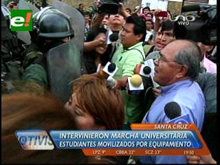 Policía interviene violentamente marcha universitaria en Santa Cruz