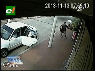 Santa Cruz: Robo a plena luz del día es grabado por una cámara de seguridad