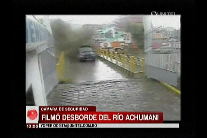 Muestran vídeo del momento en que el río de Achumani se desborda