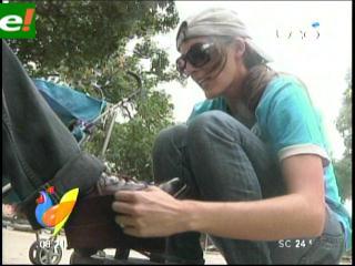 Beatriz Baldiviezo le saca brillo a los zapatos