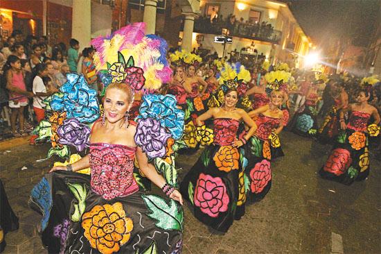 Debieron ganar. Las flores del jardín cruceño, como se llamaba la alegoría de las Kuña Porá, no obtuvieron el 1er lugar por falta de carro.